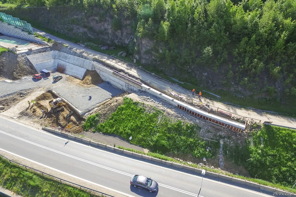 GDDKiA opublikowała nowe zdjęcia z budowy nowego odcinka zakopianki pomiędzy Lubniem a Chabówką. Noszą datę wykonania 29 maja. W poniedziałek minister infrastruktury i budownictwa Andrzej Adamczyk poinformował, że uskok skalny w miejscu, gdzie miał być postawiony filar estakady opóźni oddanie jednej jezdni na odcinku 6 km. Chodzi o fragment między Skomielną Białą a Rabką. Budowa zakopianki. Odcinek Lubień - północny wylot tunelu pod Małym Luboniem.