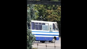 Łuck. Uzbrojony mężczyzna uprowadził autobus (fot. YouTube/ Wiadomości Wołyńskie)