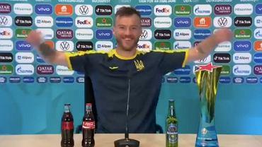 Andrij Jarmołenko żartobliwie odpowiada na gest Cristiano Ronaldo i Paula Pogby. Źródło: Twitter