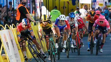 05.08.2020 Katowice. Fabio Jakobsen (pierwszy z lewej) i Dylan Groenewegen(drugi z lewej) w momencie kolizji podczas wyścigu Tour de Pologne