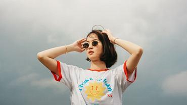 modne bluzki, zdjęcie ilustracyjne