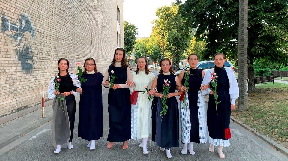Grupa Z Lasu śpiewająca pieśń weselną ze wsi Tierabień w ramach akcji 'Pieśń dla Białorusi'