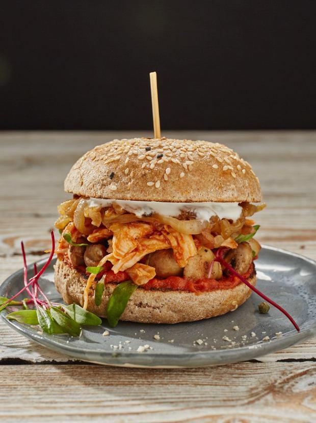 Kanapka z szarpanym kurczakiem to dobra alternatywa dla hamburgera