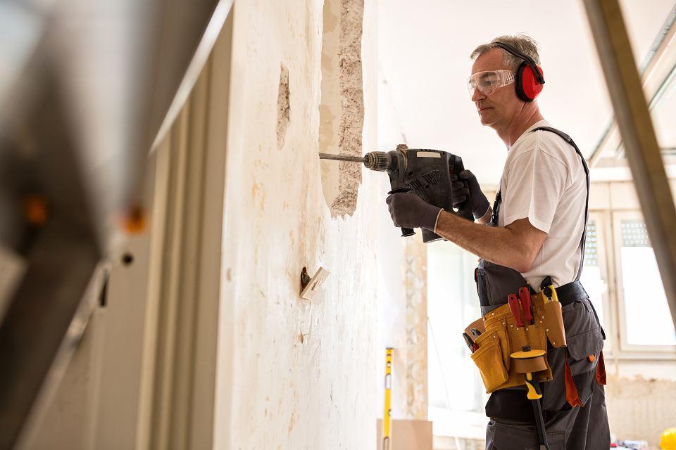 Coraz więcej deweloperów oferuje klientom mieszkania wykończone pod klucz. Zalety? Kontakty z ekipami remontowymi deweloper bierze na siebie.