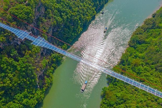Najdłuższy szklany most na świecie znajduje się w Chinach.