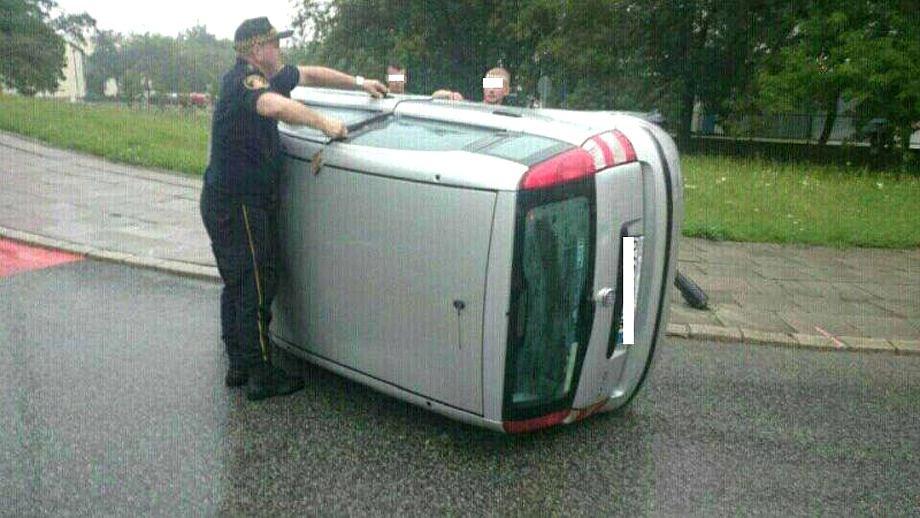 Uwięziona kobieta w samochodzie