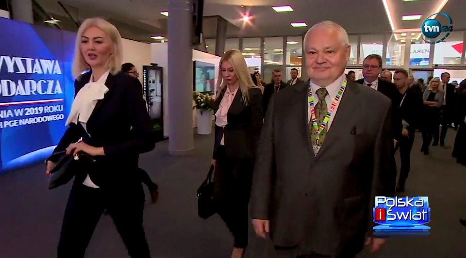 Martyna Wojciechowska, za nią Kamila Sukiennik, a obok prezes NBP Adam Glapiński na Kongresie 590 w Jasionce.