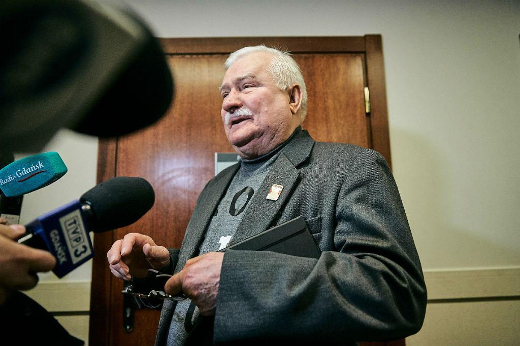 Lech Wałęsa przed salą sądową