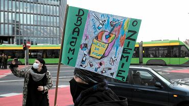 Protest przeciw niszczeniu klimatu w Poznaniu - pikieta zorganizowana równolegle do protestu w Katowicach, gdzie odbywa się szczyt klimatyczny