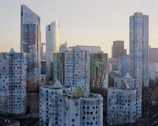 Tajemnicze blokowiska Paryża jak z filmów science-fiction. Fotograf wyciągnął je z niebytu