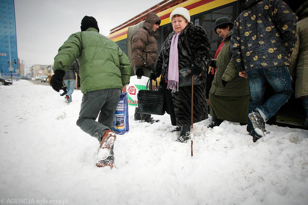 Tamtą zimę dobrze pamiętają politycy, a zwłaszcza Dariusz Joński. To tuż przed drugą turą wyborów prezydenckich - Joński walczył z Hanną Zdanowską - spadł największy śnieg. A to właśnie Joński jako wiceprezydent odpowiadał wtedy za drogi w mieście. Łodzianie mu tego nie zapomnieli i wybory wygrała w cuglach Zdanowska.