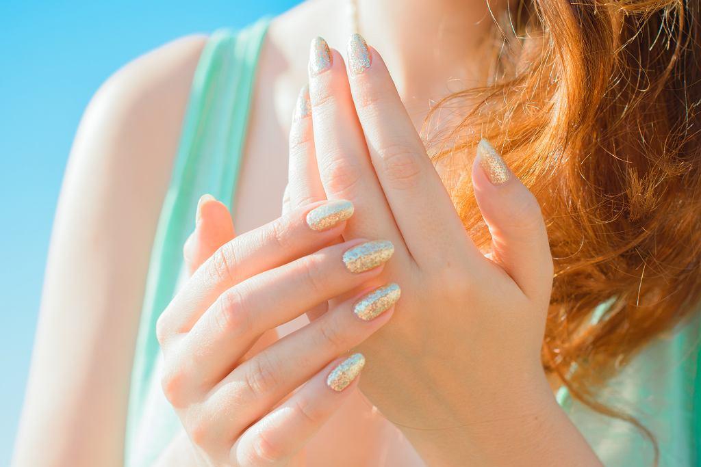 Efekt syrenki na paznokciach nie jest trudny do zrobienia. Zdjęcie ilustracyjne