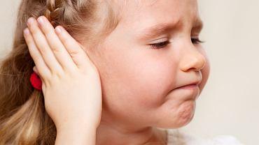 Ból ucha może być objawem choroby, która objęła narząd słuchu.