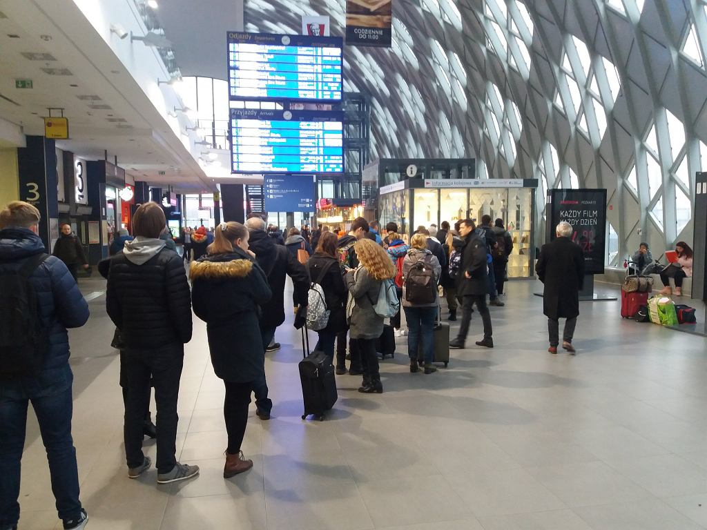 Poznań Główny: tablica przyjazdów/odjazdów pełna opóźnionych pociągów