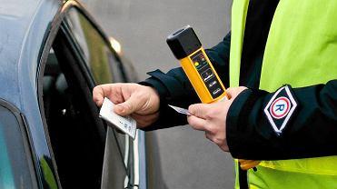 Czy można pić alkohol w samochodzie? Kierowca - NIE. A pasażerowie? I co z silnikiem?
