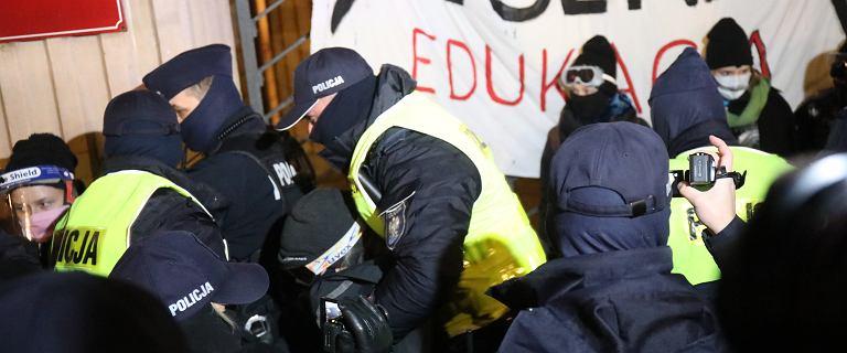 Protest przed MEN. Policjant chwycił strajkującą osobę, odbił ją tłum
