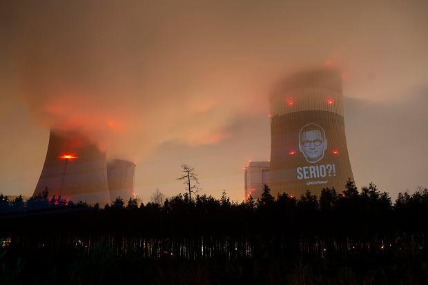 Twarz Mateusza Morawieckiego na elektrowni w Bełchatowie
