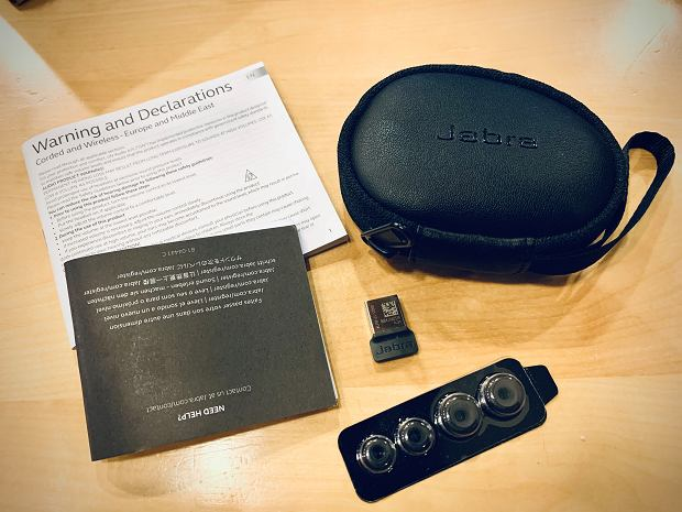 Zestaw, oprócz samych słuchawek, zawiera także bardzo poręczne etui, komplet silikonowych wkładek i adapter USB