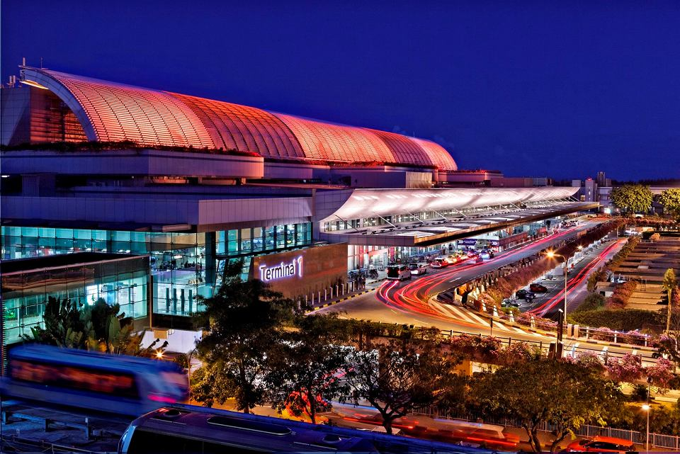 Basen z jacuzzi, ogród pełen motyli, kina i darmowe wycieczki po mieście - to tylko niektóre z atrakcji lotniska Changi w Singapurze, które wygrało prestiżowy konkurs World Airport Awards organizowany w Genewie.  Changi pokonało 394 lotniska, dwa kolejne miejsca zajęły Incheon w Korei Południowej i Schiphol w Amsterdamie. Konkurs jest rozstrzygany na podstawie ankiet przeprowadzanych przez grupę badawczą Skytrax, która w ciągu dziewięciu miesięcy przepytała 12,1 mln pasażerów. Pytano ich o jakość 39 usług i produktów - jak check-in, przyloty, transfer, zakupy, bezpieczeństwo.  Singapurczycy wygrali już czwarty raz w ciągu 14 lat. Zwycięskie lotnisko obsługuje rocznie 52 mln pasażerów. Oferuje darmowe wycieczki po mieście dla wszystkich pasażerów, którzy mają co najmniej pięciogodzinną przerwę w podróży. To też jedno z pierwszych lotnisk na świecie, które wprowadziły bezprzewodowy dostęp do Internetu. - Miło jest wiedzieć, że ktoś docenia to, co robimy - mówił w rozmowie z CNN wiceprezydent zarządu lotniska Tan Lye Teck. Na zdjęciu: Terminal 1