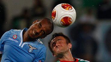 Miroslav Radović i Abdoulay Konko w walce o piłkę w meczu Lazio - Legia (1:0)