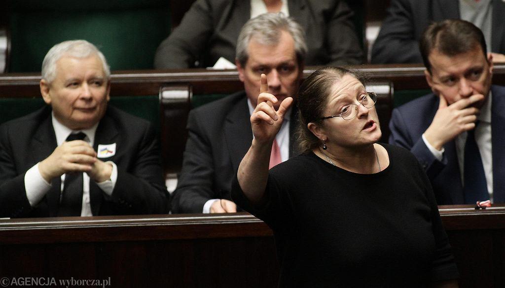 Posłanka PiS Krystyna Pawłowicz w uniesieniu. Prezes Jarosław Kaczyński patrzy. Warszawa, Sejm, 17 grudnia 2017