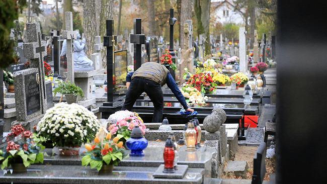 Czym usunąć wosk z nagrobka, jak zadbać o napisy na pomnikach?