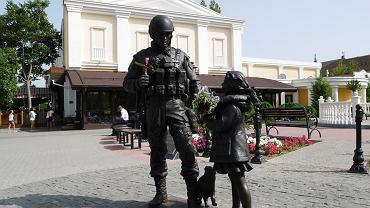 """Pomnik zielonych ludzików (oficjalnie """"Pomnik uprzejmych ludzi"""") w Symferopolu"""