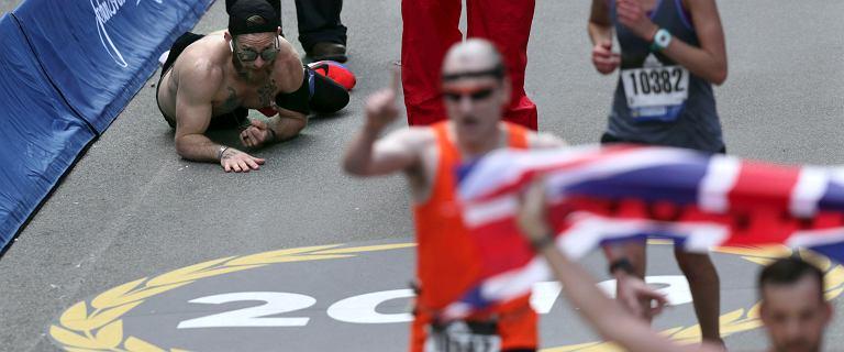 Nadludzka determinacja Marines. Czołgał się do mety maratonu powtarzając nazwiska poległych kolegów.[WIDEO]