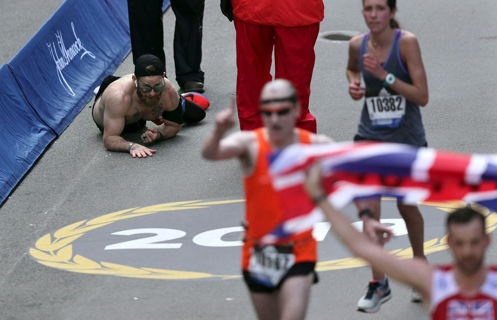 Czołgając się do mety maratonu powtarzał nazwiska poległych kolegów