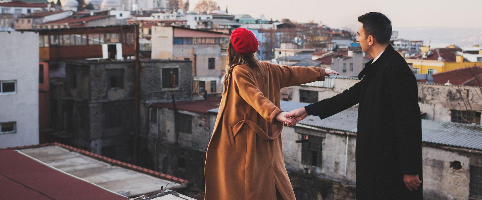 Dziś bardzo częstym problemem jest mylenie miłości z potrzebą zagarnięcia drugiego człowieka dla siebie (fot. Shutterstock)