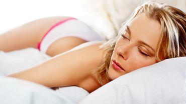 Nie pozwól jej spać bez przykrycia