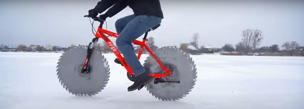 Jeździł rowerem po lodzie