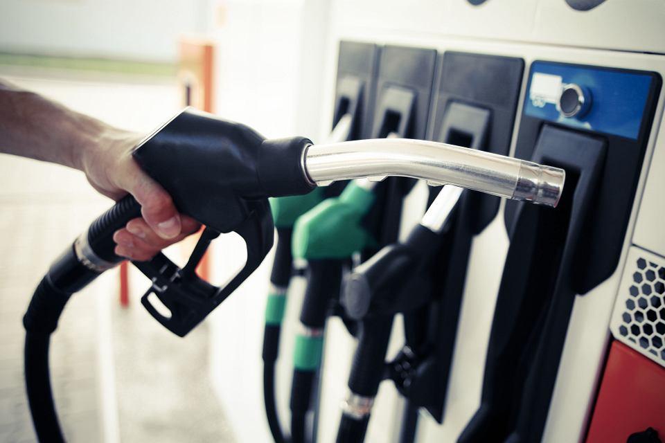W czwartek wygasły ulgi od amerykańskiego embargo na import ropy z Iranu. Ale ceny surowca spadają, bo zbiły je Stany Zjednoczone.