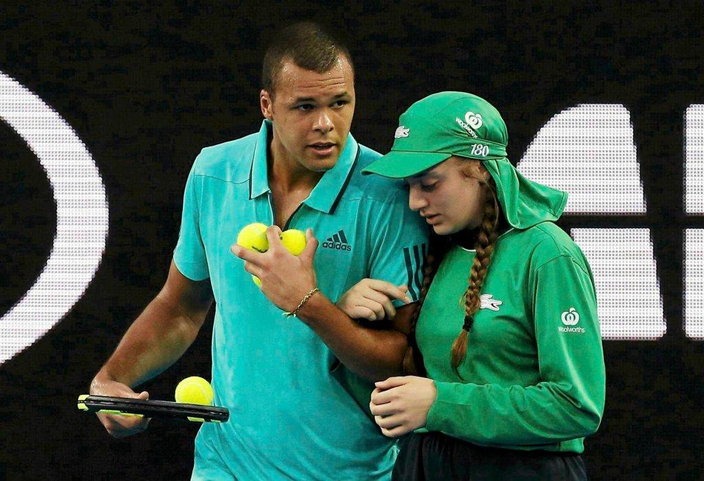 Jo-Wilfried Tsonga pomaga dziewczynie od podawanie piłek podczas Australian Open 2016