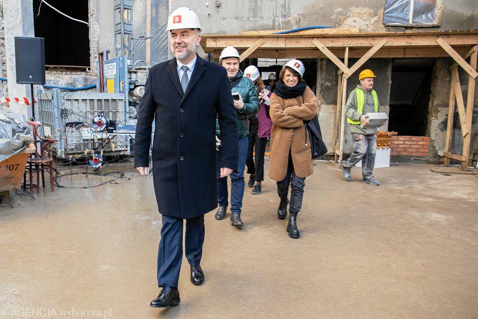 Marszałek Marek Woźniak podczas uroczystości wmurowania aktu erekcyjnego pod nową siedzibę Polskiego Teatru Tańca, 4 marca 2020 r.