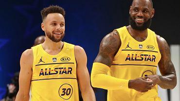 Stephen Curry (Golden State Warriors) i LeBron James (Los Angeles Lakers) w meczu NBA All-Star Game 2021 (Mecz Gwiazd). Źródło: Twitter; NBA
