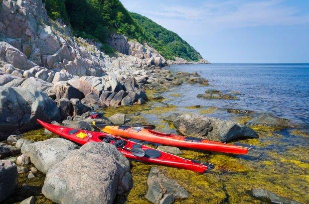 Morskie kajakarstwo w Szwecji, czyli kajakiem pomiędzy szkierami / fot. Shutterstock