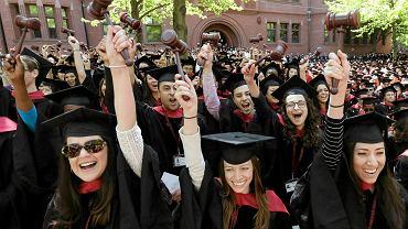 Studenci Harvardu po ceremonii wręczania dyplomów.