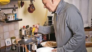 Gdy po raz pierwszy zabrałem się do zrobienia własnego makaronu, rzecz okazała się banalnie prosta. (W kuchni Cezarego Jęksy, fot. Albert Zawada / Agencja Gazeta / montaż)