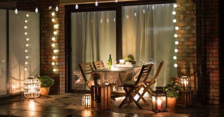 Lampy z czujnikiem ruchu mogą mieć różne formy. Lampki solarne sprawdzą się także na tarasie czy balkonie
