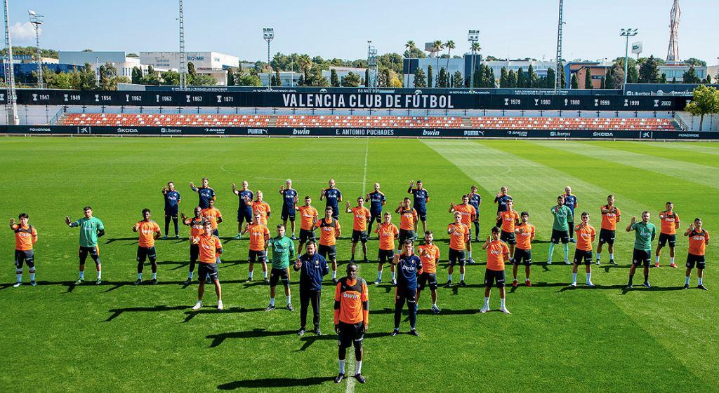 Valencia CF podczas treningu w ramach akcji 'STOP RACISM'; Mouctar Diakhaby; Źródło: Twitter