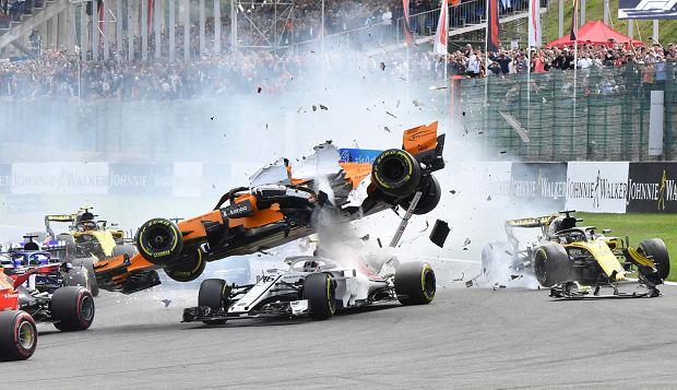 F1. GP Belgii. Potężna kraksa na starcie. System halo ocalił głowę Charlesa Leclerca