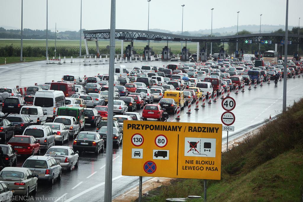 Korek na autostradzie A4 przed punktem poboru opłat.