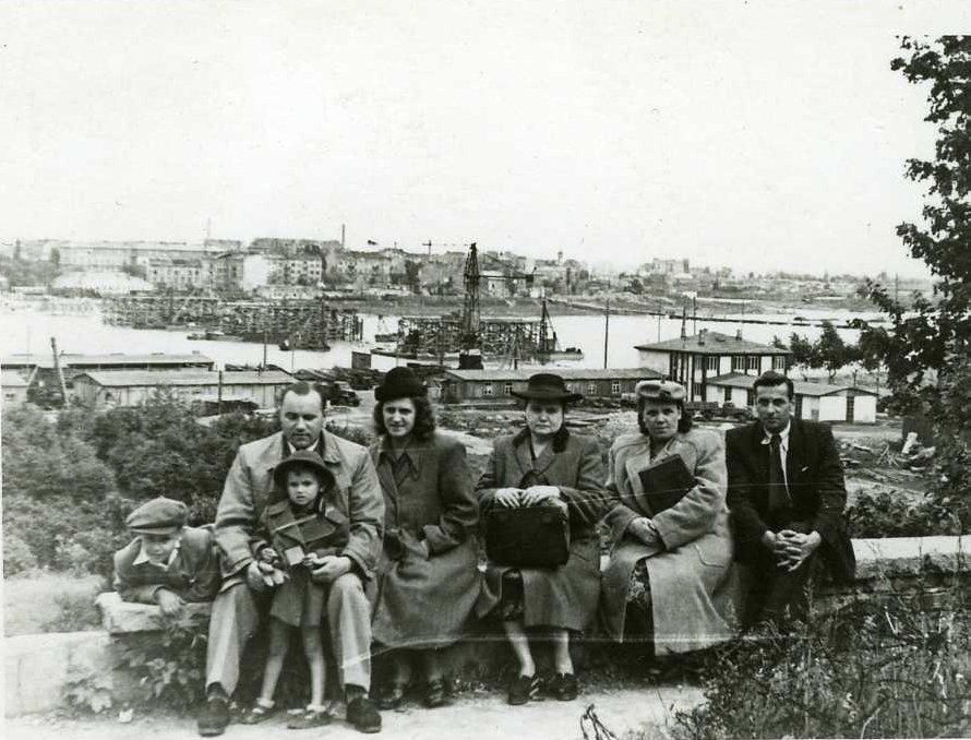 Rodzina Antoniny Zbyszewskiej-Mildner podczas wycieczki po Warszawie.