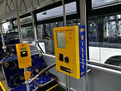 W autobusach i tramwajach w Toruniu będą znów działać biletomaty