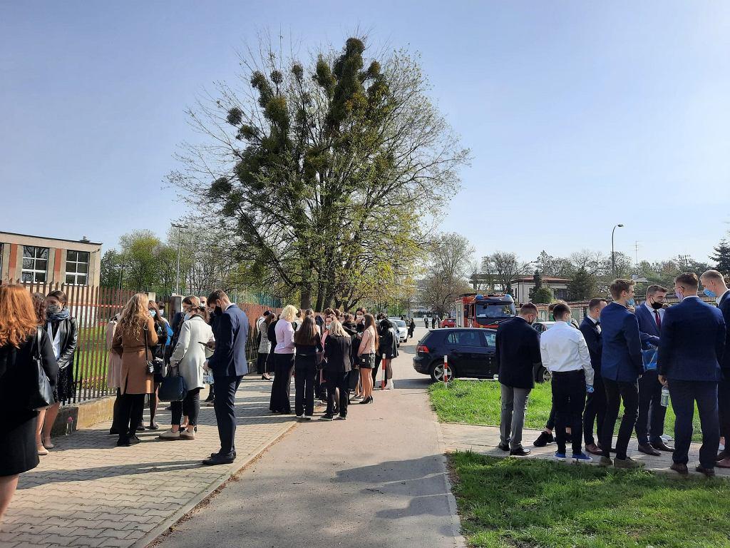 Maturzyści z IV LO w Radomiu czekają na wejście na egzamin z języka polskiego. PO alarmie bombowym szkołę przeszukują policjanci i strażacy