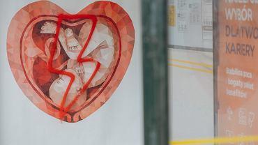 Plakat antyaborcyjny z domalowanym symbolem Strajku Kobiet - Gdańsk