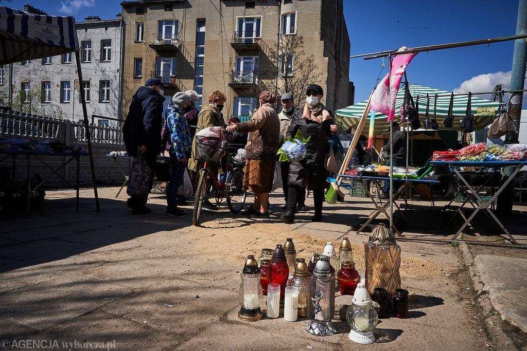 Miejsce morderstwa na miejscowym targu - w wyniku ataku nożownika zginął Ryszard - właściciel sklepu papierniczego, który pomagali policji w złapaniu złodzieja .
