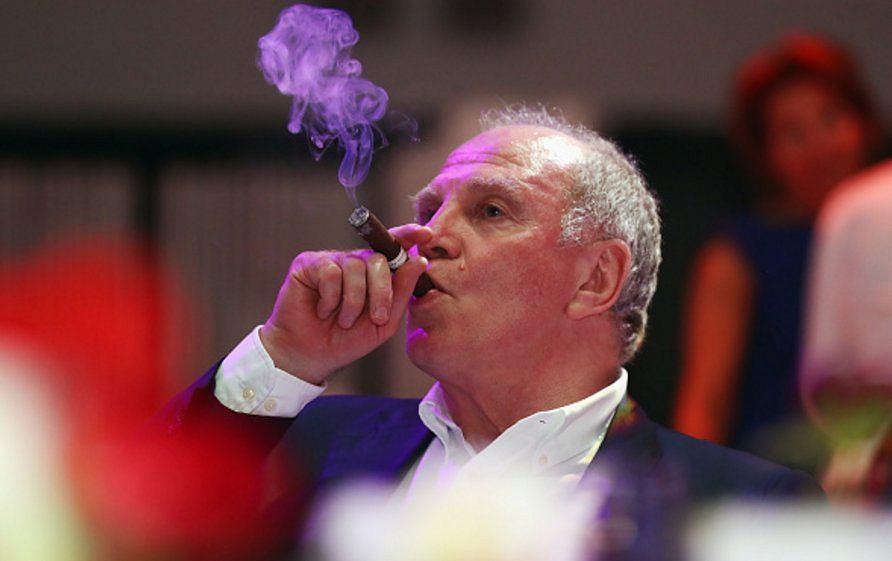 Zadowolony Uli Hoeness, prezes Bayernu Monachium