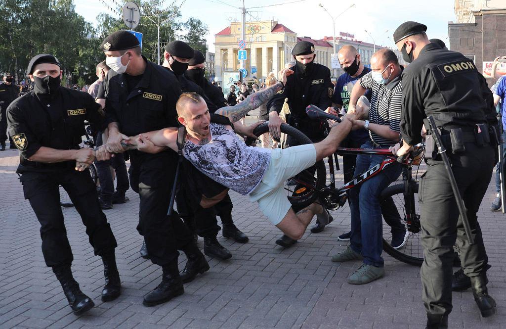 Policja aresztuje jednego z uczestników demonstracji w Mińsku, 19 czerwca
